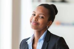 一个年轻非裔美国人的女商人的画象-黑peop 免版税库存照片