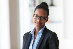 一个年轻非裔美国人的女商人的画象-黑peop 库存图片