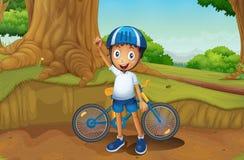 一个年轻骑自行车的人在森林里 免版税库存照片
