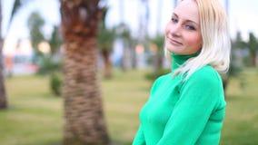 一个年轻,美丽的女孩的画象 照相机女孩微笑的年轻人 影视素材