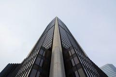 一个70 ` s办公室摩天大楼的图片在蒙特利尔,魁北克,加拿大,看见从底部 库存照片