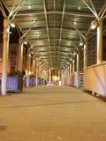 一个Alumium桥梁结构的细节在晚上 免版税图库摄影