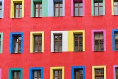 一个aparemtent大厦的红色被回报的门面 每个窗口是pa 库存照片