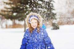 一个beautful smilling的女孩的冬天画象 免版税库存照片