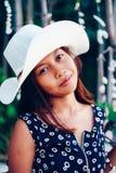 一个beautifull亚裔女孩的画象有白色帽子的在海滩的暑假 免版税图库摄影