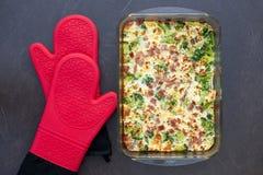 一个brokkoli砂锅用火腿、鸡蛋和希脂乳与t 库存图片