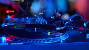 一个DJ键盘的特写镜头与唱片的在一美好的bokeh 库存图片