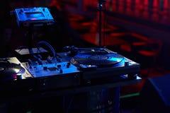 一个DJ键盘的特写镜头与唱片的 免版税库存图片