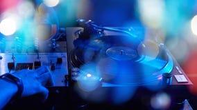 一个DJ键盘的特写镜头与唱片的 库存照片