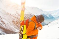 一个freeride滑雪者的特写镜头画象上升的轨道的freeride下降的 图库摄影