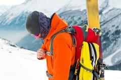 一个freeride滑雪者的特写镜头画象上升的轨道的freeride下降的 免版税图库摄影