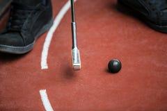 从一个minigolf球员的透视图有铁球拍和a的 库存图片