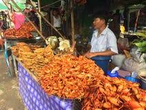 一个nat节日的食物卖主在曼德勒(缅甸)附近 库存照片