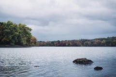 一个New England湖和森林的一张减速火箭的影片样式照片秋天的 库存图片