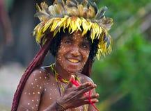 一个Papuan部落的妇女在传统衣裳和着色的 库存照片