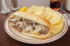 Philly乳酪与芯片的牛排三明治 免版税库存照片