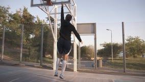 一个proffesional女性蓝球运动员的低角度英尺长度行动的 实践户外在法院的女孩` s 影视素材