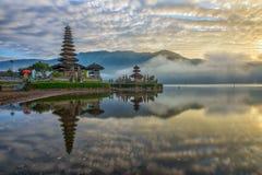 一个pura寺庙的反射在日出的 图库摄影