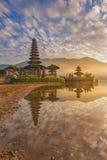 一个pura寺庙的反射在日出- Pura Ulun Danu Bratan的 库存图片