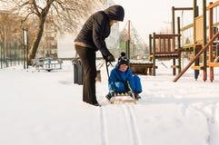 一个sledging的男孩 免版税库存照片