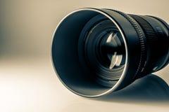 一个SLR照相机特写镜头宏指令的透镜在阳光下 老减速火箭的样式照片 库存照片