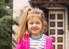 一个smillng可爱的学龄前女孩的画象在晴朗的夏天da 免版税库存图片