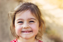 一个smilng可爱的学龄前女孩的画象晴朗的夏日 库存图片