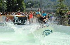 一个wakeboarding的斑点的妇女 图库摄影
