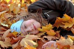 一个yong女孩的画象秋天季节的 免版税库存照片