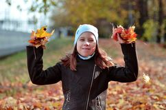 一个yong女孩的画象秋天季节的 库存照片