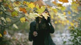 一中东25岁走在自然和秋季从defocus聚焦区域和微笑对的妇女来了 股票视频