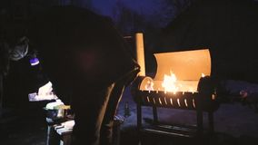 一串人厨师烤肉在晚上别的发光与他的手电 影视素材