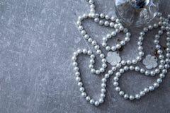 一串珍珠和香水在石背景 库存图片