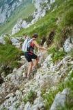 一串陡峭的足迹的妇女远足者 免版税库存照片