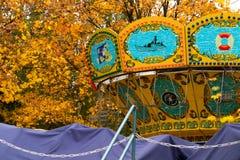 一五颜六色的Ñ  arousel在游乐园 免版税库存照片