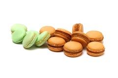 一些个蛋白杏仁饼干在白色 免版税库存照片