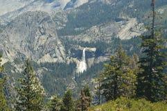 一些印象深刻的小瀑布美妙的看法从最高的部分的其中一座优胜美地国家公园山  自然旅行 免版税库存图片