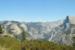 一些印象深刻的小瀑布美妙的看法从最高的部分的其中一座优胜美地国家公园山  自然旅行 免版税库存照片