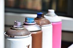 一些台使用的湿剂油漆喷雾器在窗台说谎在街道画艺术家的车间街道艺术和illeg的概念 免版税库存照片