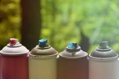一些台使用的湿剂油漆喷雾器在窗台说谎在街道画艺术家的车间街道艺术的概念和 免版税库存照片