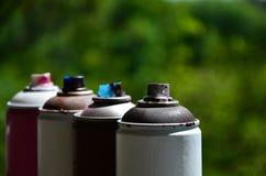 一些台使用的湿剂油漆喷雾器在窗台说谎在街道画艺术家的车间街道艺术的概念和 库存图片