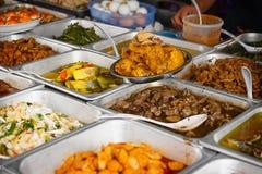 一些在一间典型的小餐馆的新鲜食品在东南亚 免版税库存照片