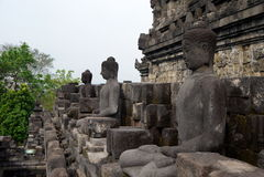一些在婆罗浮屠寺庙,日惹,印度尼西亚的许多菩萨雕象 库存图片