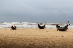 一些在沙子的竹小船 免版税库存照片