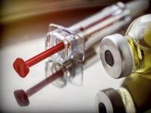 一些小瓶和注射器在手术台上 免版税图库摄影