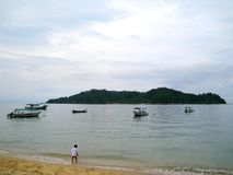 一些小船在邦咯岛,马来西亚海边  库存照片