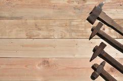 一些把生锈的锤子在一张木桌上说谎在车间 库存图片