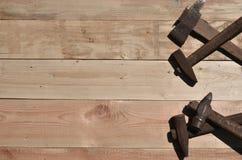 一些把生锈的锤子在一张木桌上说谎在车间 库存照片