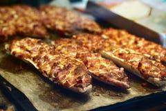 一些新近地被烘烤的paninis和薄饼 免版税库存照片