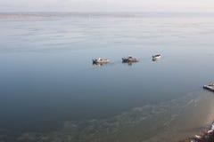 一些条小船在海岸附近的海 免版税库存照片
